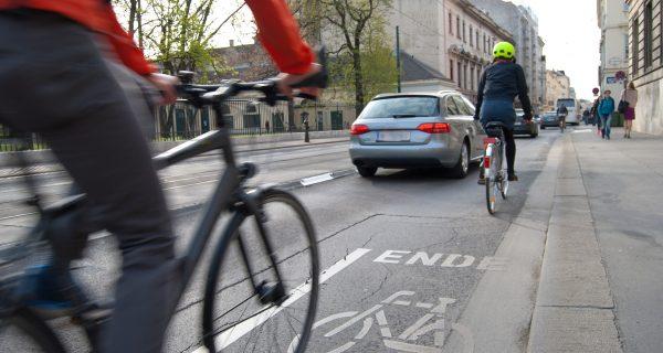 cyclists-1750975_1920