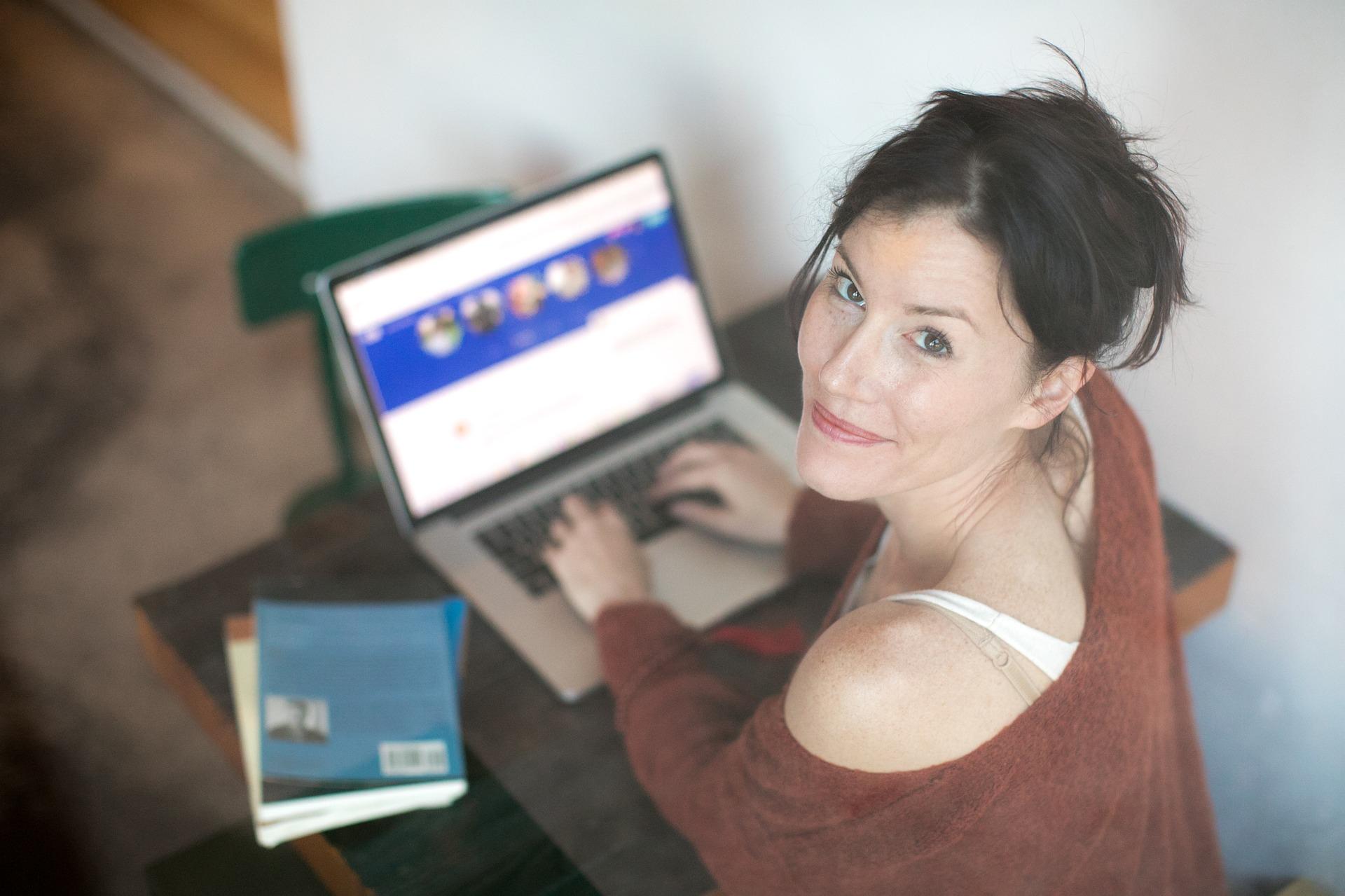 Glückliche Mitarbeiterin vor Benefit Portal